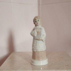 Antigüedades: FIGURA DE MONAGILLO REALIZADA EN FINA PORCELANA LLEVA SELLO. Lote 173986520