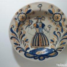 Antigüedades: PLATO EN CERAMICA MATE CHACON-TALAVERA , SIGUIENDO MODELOS DE LA SERIE TRICOLOR. MEDIDAS: 32CM DIAM. Lote 173991537