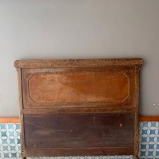 Antigüedades: CABEZAL DE CAMA , CON PRECIOSO DETALLE DE CHAPA GRABADA, DE 148,50 CM. DE LARGO. Lote 174006694