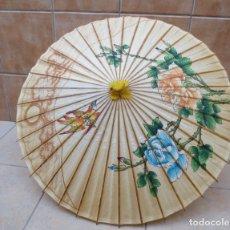 Antigüedades: PRECIOSO PARASOL ORIENTAL , SOMBRILLA ARTESANAL HECHA DE PAPEL , BAMBU Y MADERA - PINTADA A MANO.. Lote 174006858
