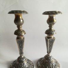 Antigüedades: PAREJA DE CANDELEROS EN PLATA ESPAÑOLA , PESO PLATA 300 GRS, ALTURA 23 CMS.. Lote 174038167