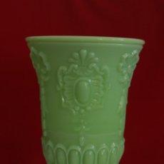 Antigüedades: JARRÓN FLORERO OPALINA VERDE ISABELINO.. Lote 174041743