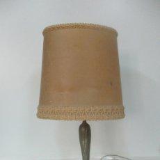 Antigüedades: BONITA LAMPARA DE SOBREMESA - PIE DE BRONCE - 2 LUCES - PANTALLA ORIGINAL. Lote 174057345