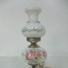 Antigüedades: LAMPARA DE SOBREMESA, QUINQUE - BASE METÁLICA - CRISTAL, OPALINA BLANCA. Lote 174061148