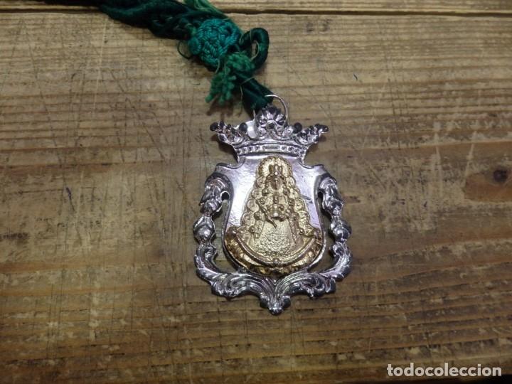 MEDALLA CON CORDON HERMANDAD DEL ROCIO DE TRIANA (Antigüedades - Religiosas - Medallas Antiguas)