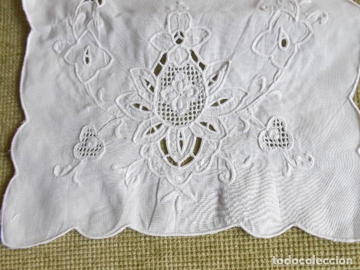 Antigüedades: Precioso camino de mesa/mueble lino blanco.Bordado a mano. 27 x 130 cm. nuevo vintage - Foto 2 - 174100244