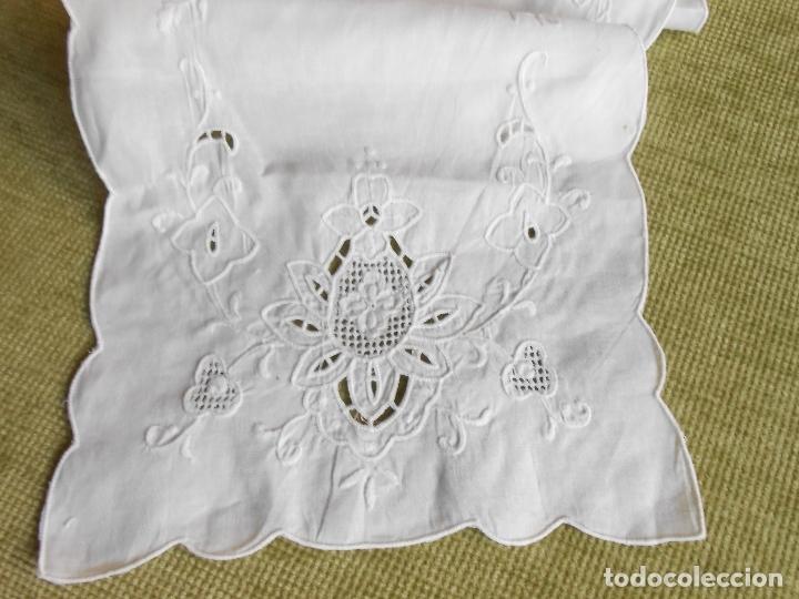 Antigüedades: Precioso camino de mesa/mueble lino blanco.Bordado a mano. 27 x 130 cm. nuevo vintage - Foto 4 - 174100244