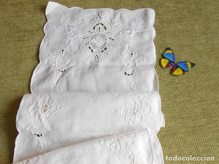 Antigüedades: Precioso camino de mesa/mueble lino blanco.Bordado a mano. 27 x 130 cm. nuevo vintage - Foto 5 - 174100244