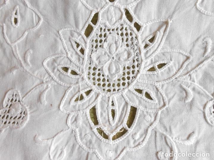 Antigüedades: Precioso camino de mesa/mueble lino blanco.Bordado a mano. 27 x 130 cm. nuevo vintage - Foto 11 - 174100244