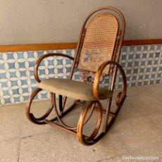 Antigüedades: MECEDORA ESTILO THONET CON ASIENTO EN TELA Y RESPALDO EN REJILLA, PARA RESTAURAR. Lote 240160675