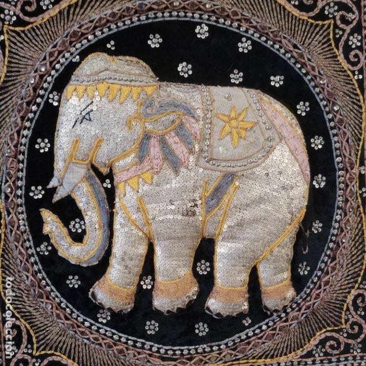 Antigüedades: cuadro tapiz elefante hecho artesanalmente y repujado con lentejuelas e hilos dorados - Foto 10 - 101671463