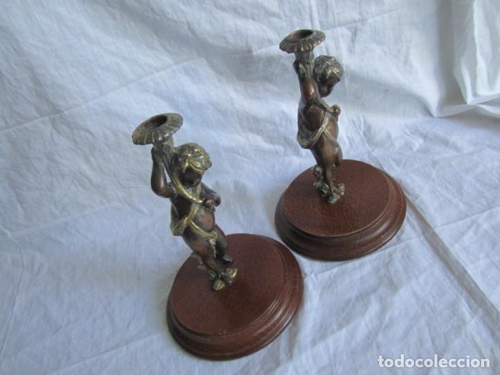 Antigüedades: Pareja de sujetavelas de bronce patinado, ángeles con trompeta - Foto 5 - 174183299