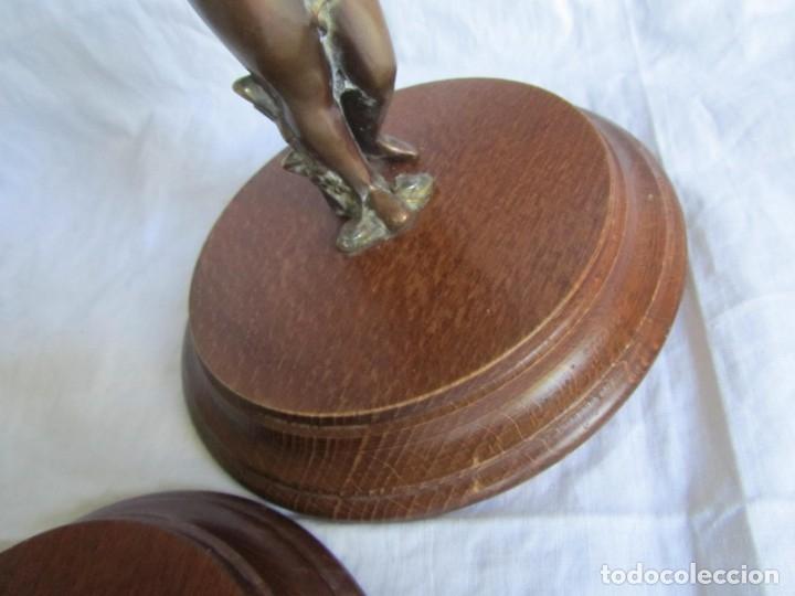 Antigüedades: Pareja de sujetavelas de bronce patinado, ángeles con trompeta - Foto 8 - 174183299