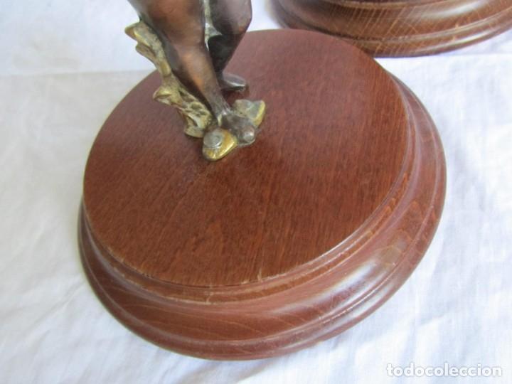 Antigüedades: Pareja de sujetavelas de bronce patinado, ángeles con trompeta - Foto 9 - 174183299
