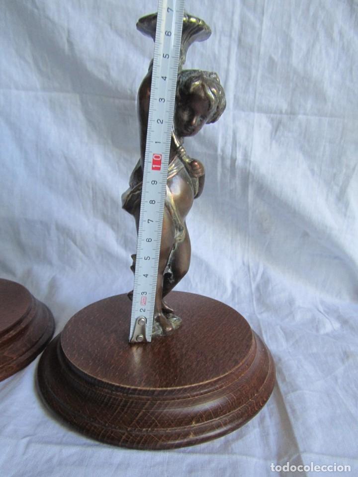 Antigüedades: Pareja de sujetavelas de bronce patinado, ángeles con trompeta - Foto 10 - 174183299