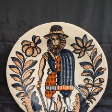 Antigüedades: ANTIGUO PLATO DE CERÁMICA DE TALAVERA.FIRMADO S.MORA.MIDE 30 CMS DE DIÁMETRO.. Lote 174190864