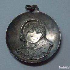 Antigüedades: ANTIGUA MEDALLA DE PLATA - NIÑA CON CORDERO - FORMA CONCAVA ... L280. Lote 174224069
