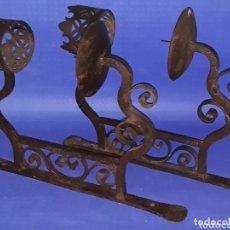 Antigüedades: PAREJA APLIQUE PORTA VELONES HIERRO FORJADO. Lote 174255253