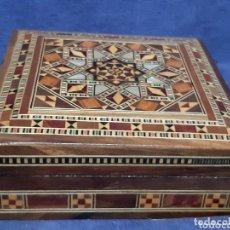 Antigüedades: CAJA ANTIGUA DE MADERA CON LOTE DE PORTAVASOS. Lote 174263829