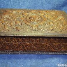 Antigüedades: CAJA ANTIGUA GUARDA TABACO EN MADERA Y PIEL. Lote 174264042