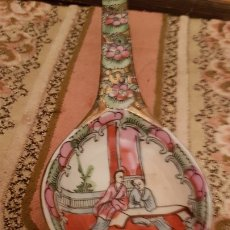 Antigüedades: ANTIGUO CUCHARON DE PORCELANA DE MACAO PINTADA A MANO FONDO EN ORO.. Lote 174267660