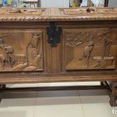 Antigüedades: FANTASTICO ARCON BAUL CASTELLANO TALLADO DON QUIJOTE Y SANCHO PANZA - MEDIDA 125X90X42 CM. Lote 174287824