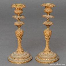 Antigüedades: PAREJA DE CANDELEROS EN BRONCE DORADO. SIGLO XIX. Lote 174306052