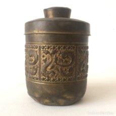 Antigüedades: CAJA ANTIGUA CON TAPA - ORNAMENTOS PECES ORIENTAL. Lote 174306749
