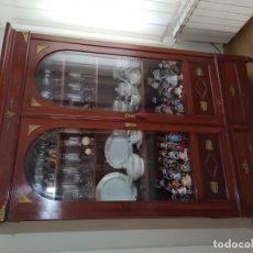 Antigüedades: VITRINA DE 1900, RESTAURADA DOBLE PUERTA CRISTAL REDONDO. Lote 174315088