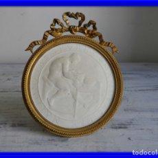 Antigüedades: MARCO DE BRONCE CON PLACA DE PORCELANA DE SEVRES BISCUIT. Lote 174315573