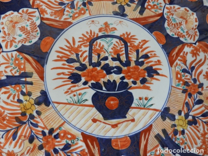 Antigüedades: PLATO DE PORCELANA IMARI DECORADO A MANO DIAMETRO 40 CM - Foto 2 - 174316529