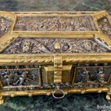 Antigüedades: MARAVILLOSO COFRE DE BRONCE A DOS TONOS. Lote 174329773