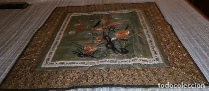 TAPETE O MANTEL CHINO FONDO DE SEDA Y BORDADO (Antigüedades - Hogar y Decoración - Tapetes Antiguos)