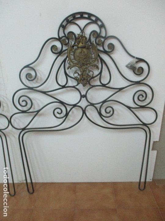 Antigüedades: Pareja de Cabezales de Cama - Cabezal de Hierro Forjado - Decoración de Bronce Cincelado - Foto 2 - 174375929