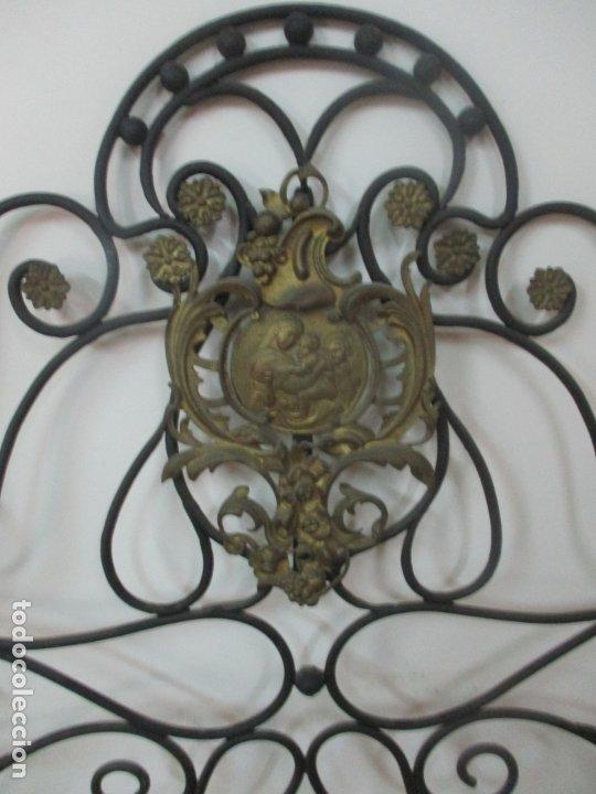 Antigüedades: Pareja de Cabezales de Cama - Cabezal de Hierro Forjado - Decoración de Bronce Cincelado - Foto 3 - 174375929