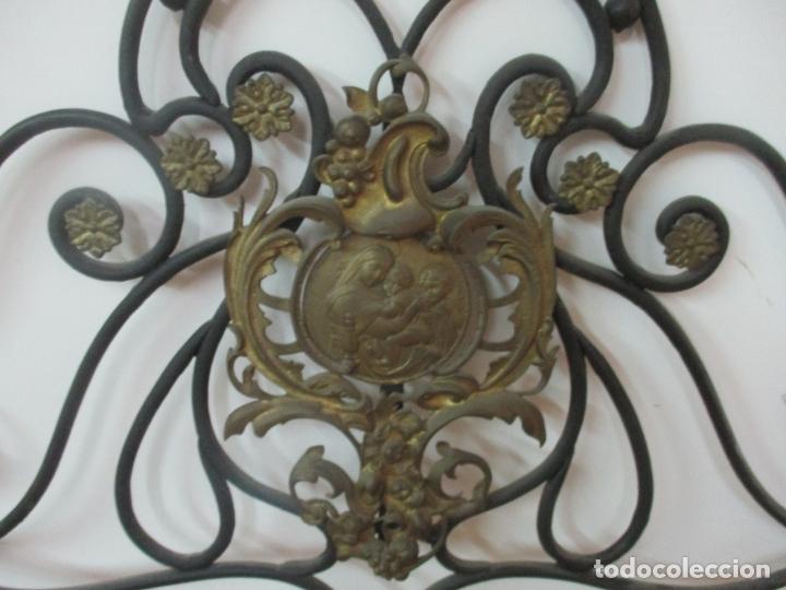 Antigüedades: Pareja de Cabezales de Cama - Cabezal de Hierro Forjado - Decoración de Bronce Cincelado - Foto 8 - 174375929