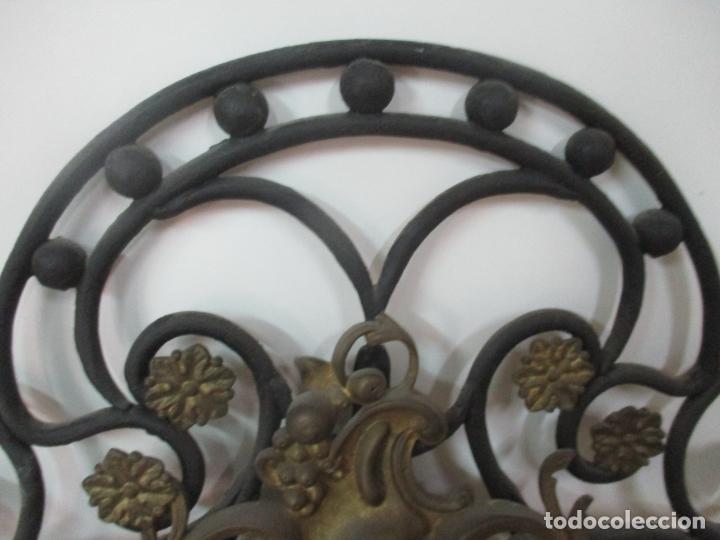 Antigüedades: Pareja de Cabezales de Cama - Cabezal de Hierro Forjado - Decoración de Bronce Cincelado - Foto 10 - 174375929