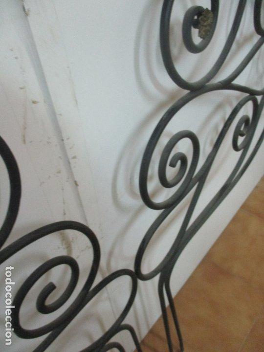Antigüedades: Pareja de Cabezales de Cama - Cabezal de Hierro Forjado - Decoración de Bronce Cincelado - Foto 11 - 174375929