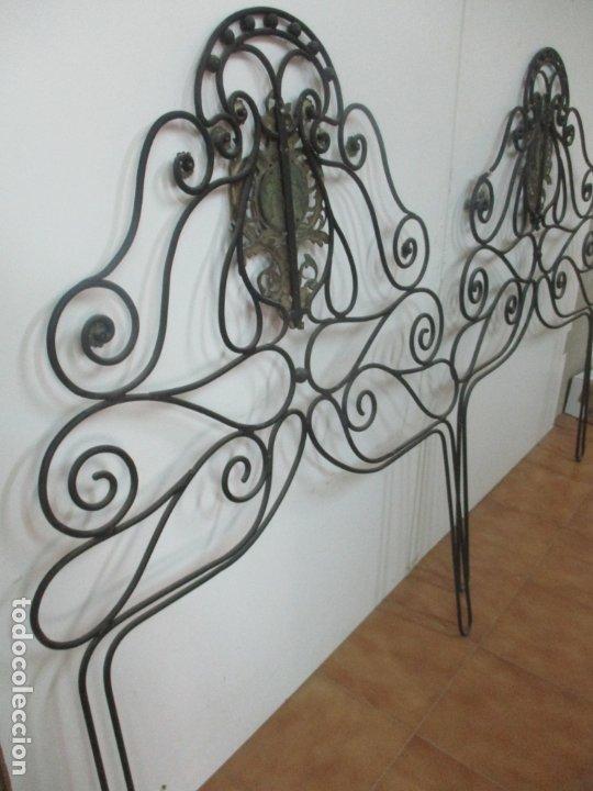 Antigüedades: Pareja de Cabezales de Cama - Cabezal de Hierro Forjado - Decoración de Bronce Cincelado - Foto 13 - 174375929