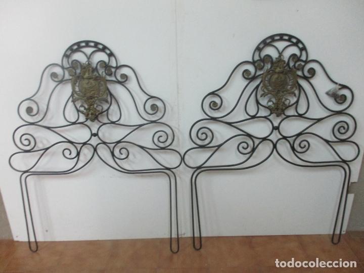 PAREJA DE CABEZALES DE CAMA - CABEZAL DE HIERRO FORJADO - DECORACIÓN DE BRONCE CINCELADO (Antigüedades - Muebles Antiguos - Camas Antiguas)