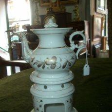 Antigüedades: ANTIGUA TETERA CON SU SOPORTE QUEMADOR EN PORCELANA VIEJO PARIS. Lote 174376945