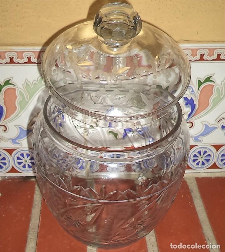Antigüedades: VINTAGE ANTIGUA BOMBONERA EN CRISTAL TALLADO FLORES MIDE 18 CM DE ALTURA Y 11 EN LA BOCA - Foto 5 - 174416387