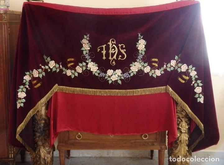GRAN FRENTE DE ALTAR (350 X 74 CM) CONFECCIONADO EN TERCIOPELO BORDADO EN ORO Y SEDAS. PPS. S. XX. (Antigüedades - Religiosas - Ornamentos Antiguos)