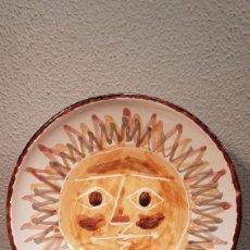 Antigüedades: PLATO DE CERÁMICA CATALANA ESMALTADA POSIBLEMENTE DEL PINTOR, CERAMISTA JOAN COMELLAS. EST. PICASSO. Lote 174443379