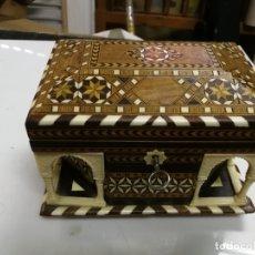 Antigüedades: PRECIOSA CAJA-JOYERO DE TARACEA GRANADA PUERTAS ÁRABES CON SU LLAVE. Lote 174444978