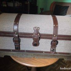 Antigüedades: BAÚL DE MADERA Y FORRADO DE PIEL TRABAJADA, ANTIGUO. Lote 174445620