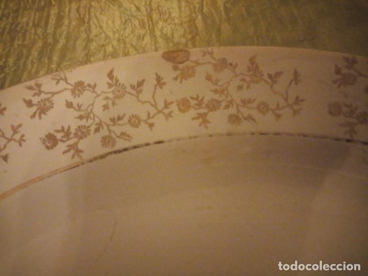 Antigüedades: Antigua fuente de cerámica la cartuja pickman,motivo pareja romántica,bordes con oro,SIGLO XIX - Foto 3 - 174459458
