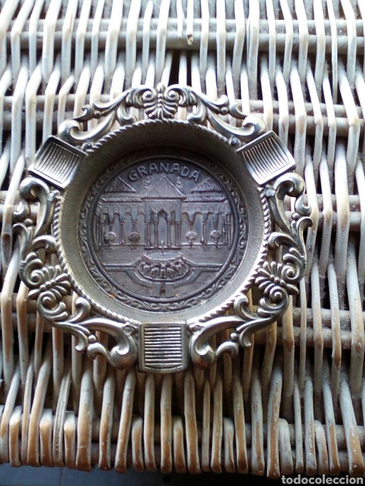 ANTIGUO CENICERO DE METAL RECUERDO DE GRANADA (Antigüedades - Hogar y Decoración - Ceniceros Antiguos)