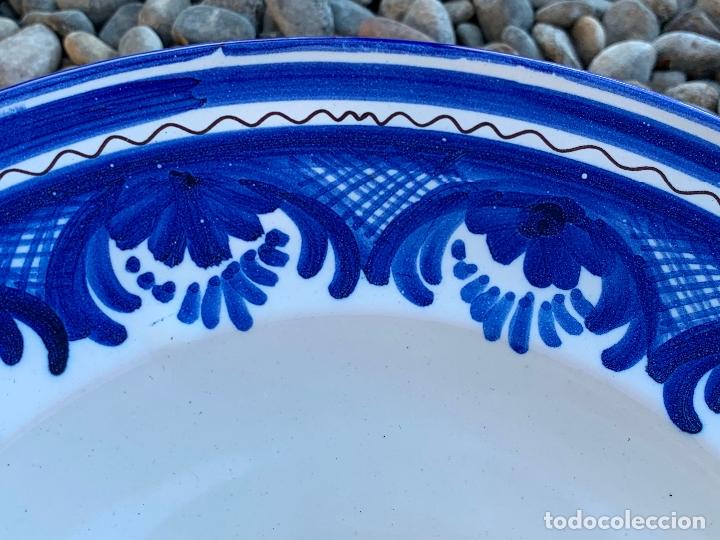 Antigüedades: Precioso plato de ceramica Puente del Arzobispo. Firmado. 25,5 cms diametro - Foto 4 - 174479914