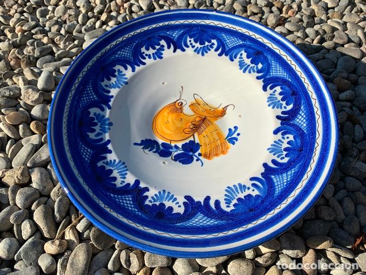 Antigüedades: Precioso plato de ceramica Puente del Arzobispo. Firmado. 25,5 cms diametro - Foto 5 - 174479914